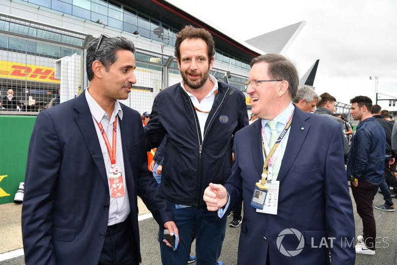 Shaikh Salman bin Isa Al Khalifa, Director Ejecutivo del circuito internacional de Bahrein, Matteo Bonciani, delegado de medios de comunicación de la FIA y Lord Robertson