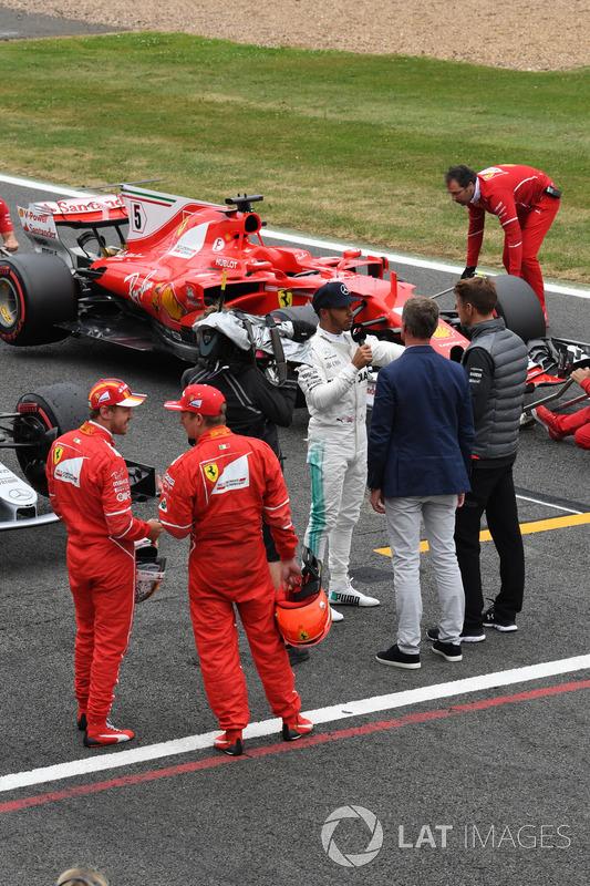 Sebastian Vettel, Ferrari y Kimi Raikkonen, Ferrari mira al ganador de la pole Lewis Hamilton, Merce