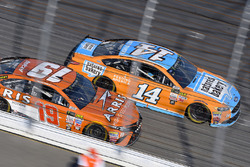 Clint Bowyer, Stewart-Haas Racing Ford, Daniel Suárez, Joe Gibbs Racing Toyota