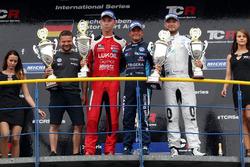 Подиум: победитель Джанни Морбиделли, West Coast Racing, второе место – Даниэль Ллойд, Lukoil Craft-