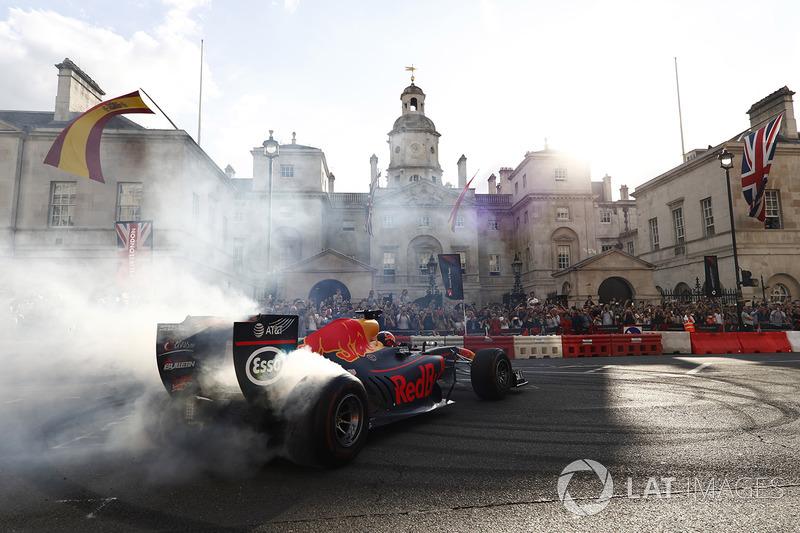 Даниэль Риккардо крутит «пончики» на шоу F1 Live в Лондоне