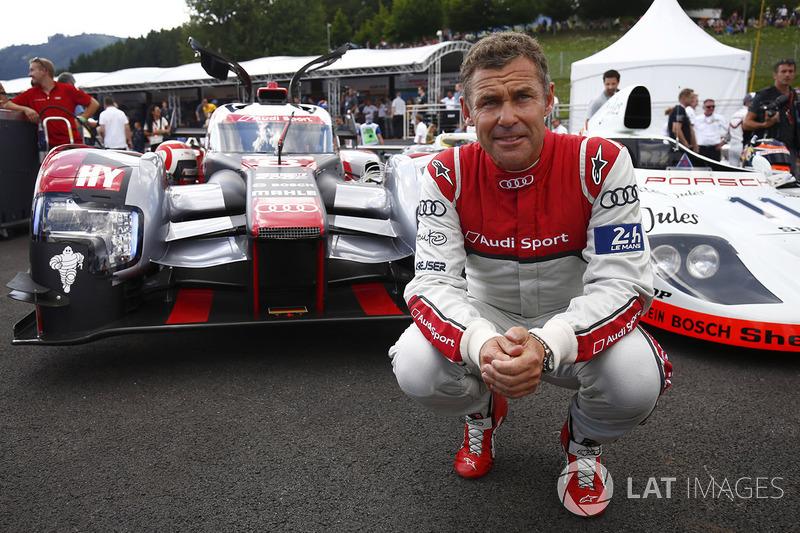 Том Кристенсен позирует на фоне Audi LMP1 и Porsche 936