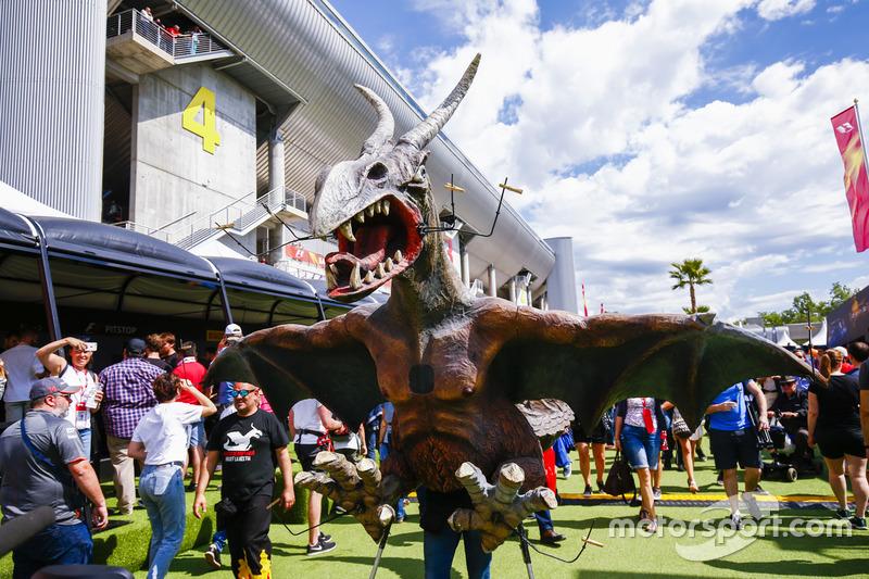 Уболівальник у костюмі динозавра