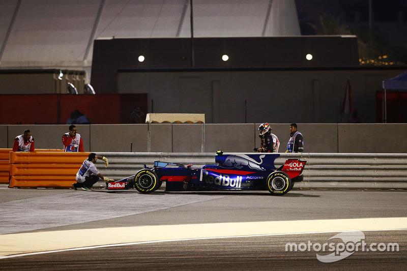 Carlos Sainz Jr., Scuderia Toro Rosso STR12, stops