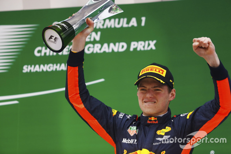 Podium: Max Verstappen, Red Bull Racing, mit Pokal