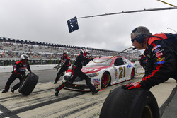 Ryan Flores changing the tires on the car of Ryan Blaney, Wood Brothers Racing Ford