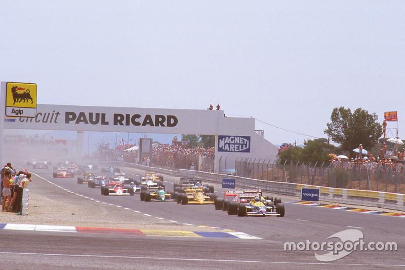 Nigel Mansell, Williams FW11B Honda, lidera a Alain Prost, McLaren MP4/3 TAG Porsche, Nelson Piquet, Williams FW11B Honda, y Ayrton Senna, Team Lotus Honda 99T al inicio
