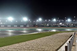 Pista mojada en Qatar con lluvia