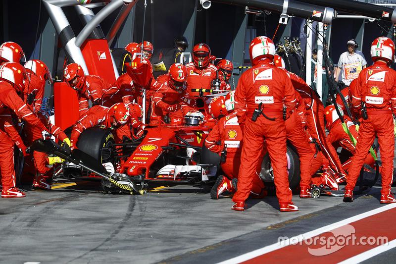 Kimi Raikkonen, Ferrari SF70H, hace un pit stop