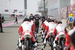Para pembalap bersiap Race 2