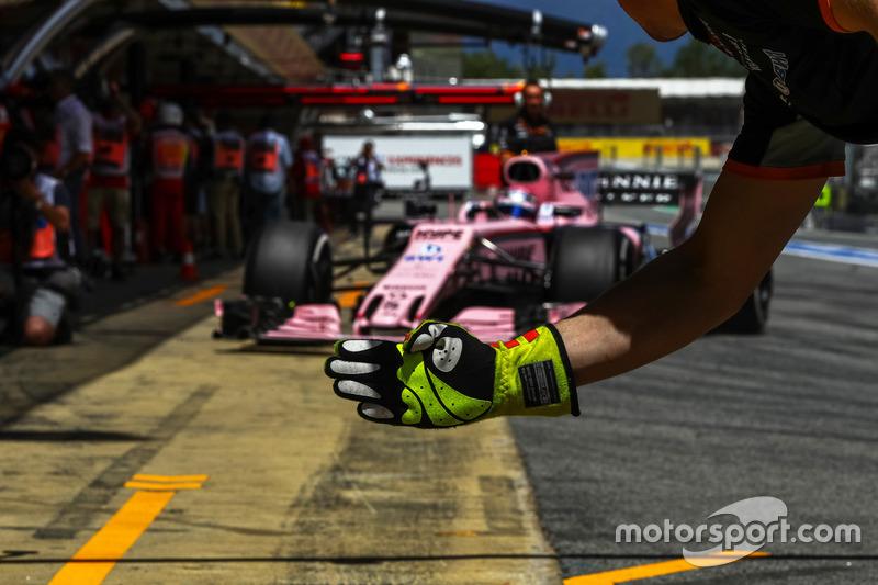 Sergio Perez, Sahara Force India VJM10 and Sahara Force India mechanics glove