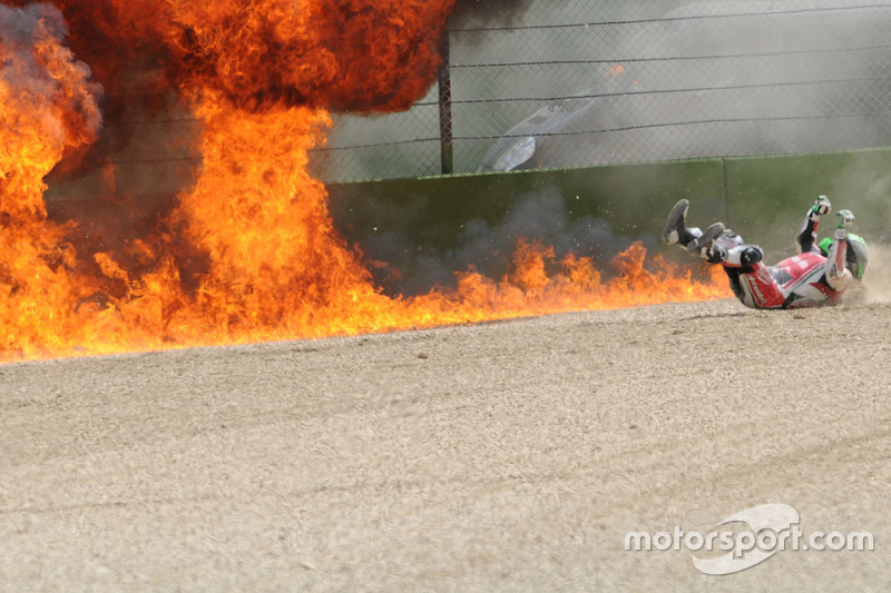 Feuer nach Crash: Eugene Laverty, Milwaukee Aprilia World Superbike Team