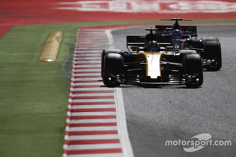 Нико Хюлькенберг, Renault Sport F1 RS17, и Ромен Грожан, Haas F1 VF-17