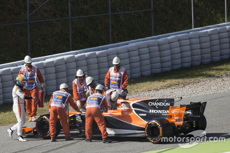 Fernando Alonso, McLaren MCL32, parks up with engine troubles