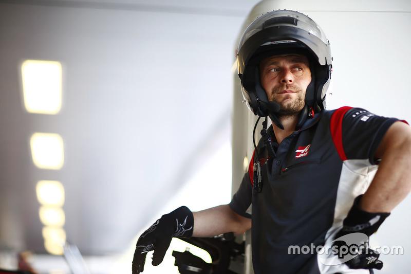 Haas F1 Team pit crew engineer