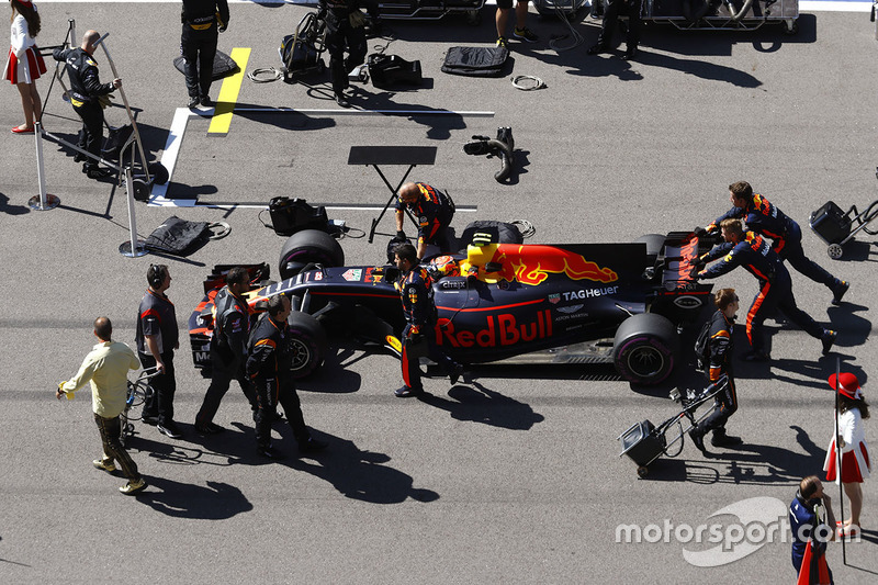 Max Verstappen, Red Bull Racing RB13, arrives  the grid