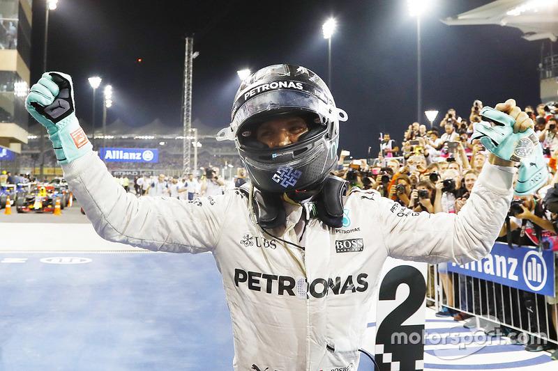 Segundo lugar y campeón del mundo Nico Rosberg, Mercedes AMG F1, celebra en el Parc Ferme