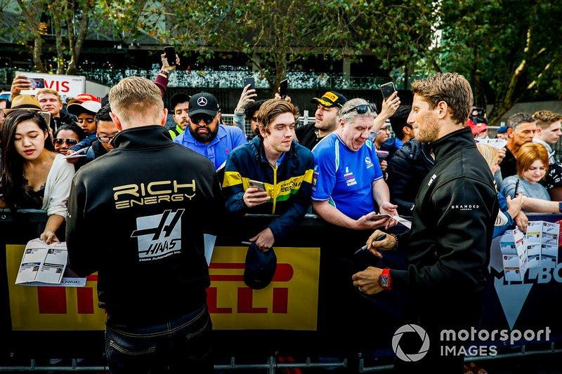 Kevin Magnussen y Romain Grosjean, Haas F1 Team, firman autógrafos a los fans