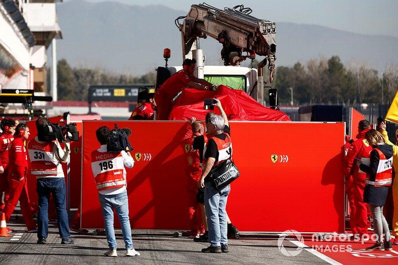 La Ferrari de Sebastian Vettel ramenée à son stand après son accident