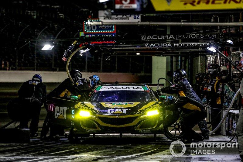 #57 Meyer Shank Racing w/ Curb-Agajanian Acura NSX GT3, GTD: Katherine Legge, Ana Beatriz, Simona De Silvestro, Christina Nielsen, pit stop