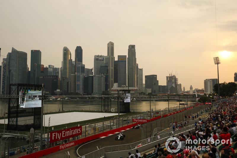 Lance Stroll, Williams FW41, et Kevin Magnussen, Haas F1 Team VF-18, devant la skyline de Singapour