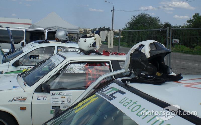 Шоломи пілотів команди Sport Car Service - порядок під лінієчку у всьому)