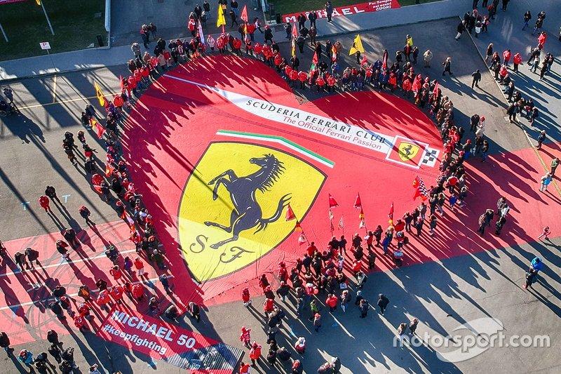 Ferrari fanları, Michael Schumacher müzesinin önünde bayrak açıyor