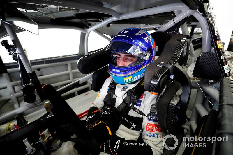 Фернандо Алонсо за кермом машини NASCAR