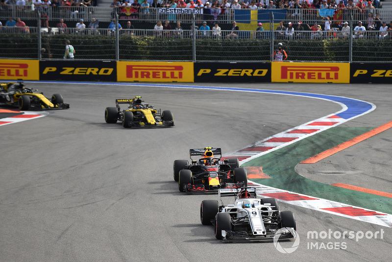 Marcus Ericsson, Sauber C37, Max Verstappen, Red Bull Racing RB14 y Carlos Sainz Jr., Renault Sport F1 Team R.S. 18