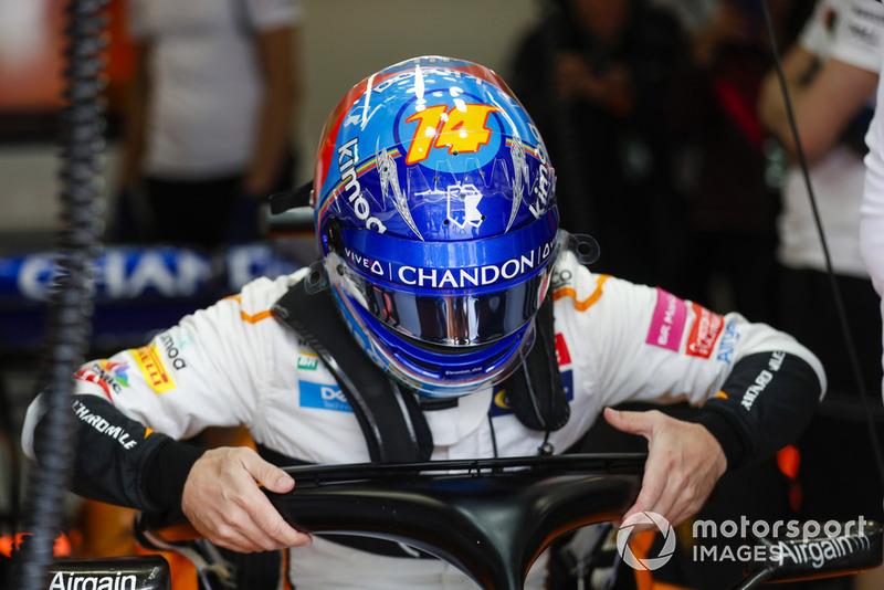 Fernando Alonso, McLaren, si cala nell'abitacolo della sua monoposto
