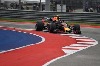 Max Verstappen, Red Bull Racing RB14 runs wide