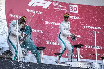 Lewis Hamilton, Mercedes AMG F1, Matt Deane, Chief Mechanic Mercedes AMG F1, e Valtteri Bottas, Mercedes AMG F1 festeggiano sul podio, con lo champagne