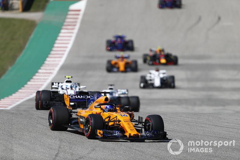 Fernando Alonso, McLaren MCL33, leads Sergey Sirotkin, Williams FW41, Lance Stroll, Williams FW41, y el resto del grupo en la vuelta de formación.