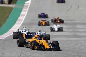 Fernando Alonso, McLaren MCL33, leads Sergey Sirotkin, Williams FW41, Lance Stroll, Williams FW41, and the remainder of the field on the formation lap