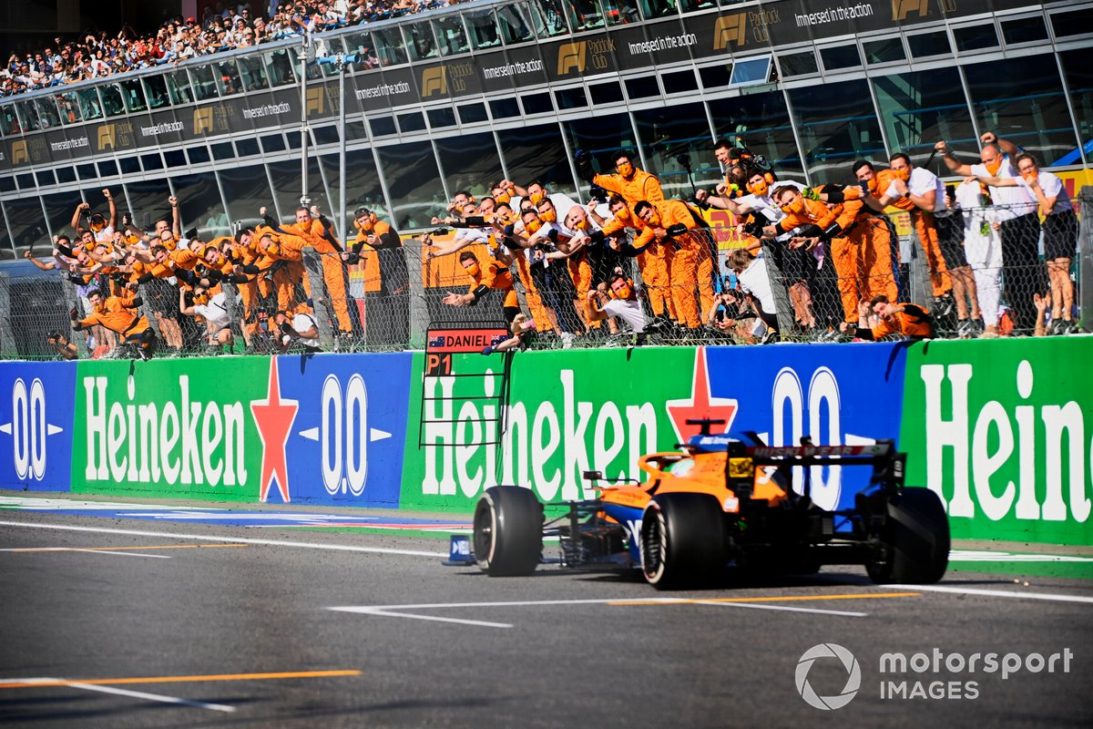 Daniel Ricciardo, McLaren MCL35M, 1st position, takes victory to the delight of his team on the pit wall