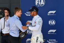 Lewis Hamilton, Mercedes-AMG F1 recibe el Pirelli Pole Position Award de Billy Monger
