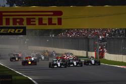 Lewis Hamilton, Mercedes F1 W07 Hybrid, Nico Rosberg, Mercedes F1 W07 Hybrid, Nico Hulkenberg, Force India VJM09 Mercedes, Max Verstappen, Red Bull Racing RB12 TAG Heuer, Daniel Ricciardo, Red Bull Racing RB12 TAG Heuer, au départ