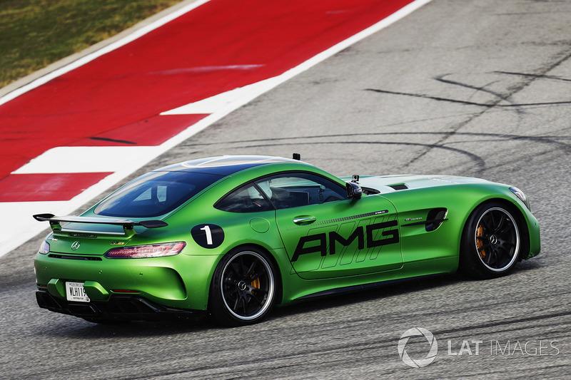 Lewis Hamilton, Mercedes AMG F1, conduce el Mercedes SLS en el circuito con Usain Bolt