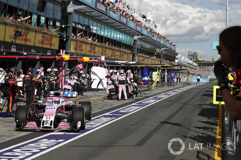 Sergio Perez, Force India VJM11 Mercedes, pit stop