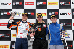 Podium : le vainqueur Linus Lundqvist, Double R, le second Nicolai Kjaergaard, Carlin, le troisième Billy Monger, Carlin