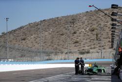 Инженеры Cosworth возле автомобиля Спенсера Пигота, Ed Carpenter Racing Chevrolet