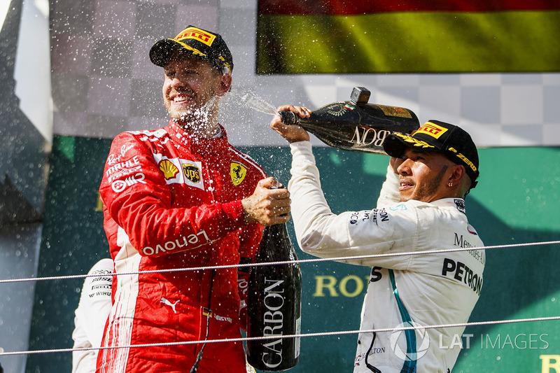 Sebastian Vettel, Ferrari celebra en el podio con Lewis Hamilton, Mercedes AMG F1
