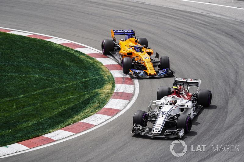 Charles Leclerc, Sauber C37, precede Fernando Alonso, McLaren MCL33