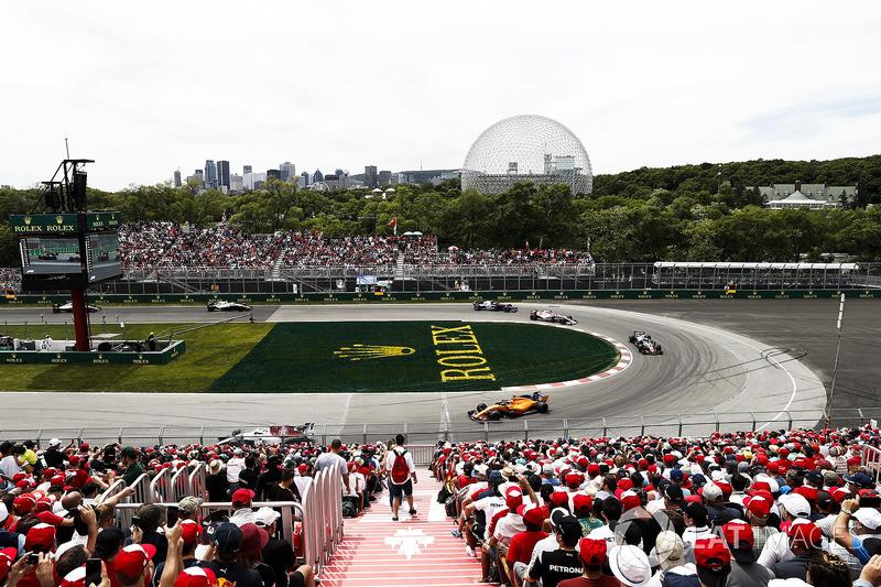 Fernando Alonso, McLaren MCL33, leads Kevin Magnussen, Haas F1 Team VF-18