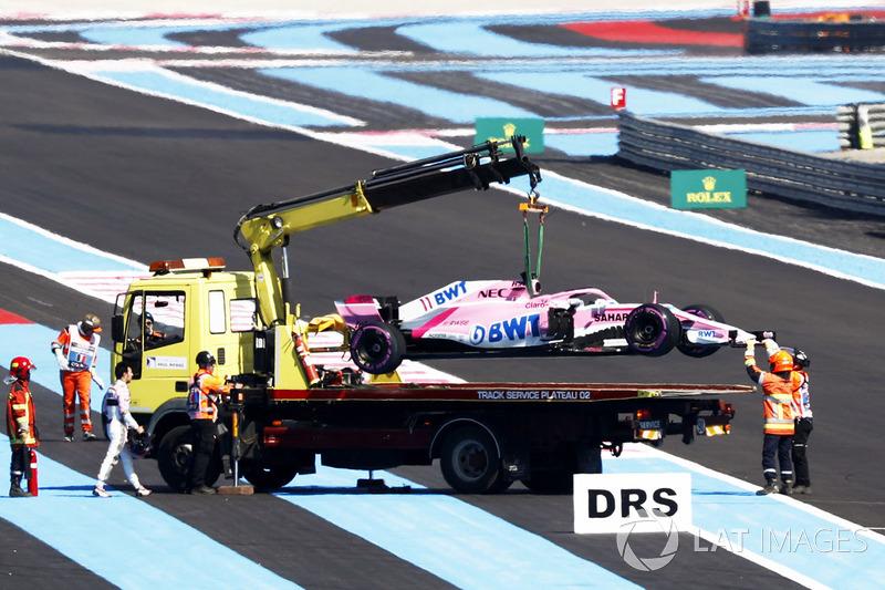 Oficiales retiran el coche de Sergio Pérez, Force India VJM11