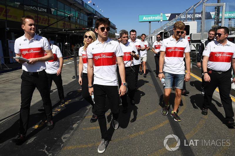 Charles Leclerc, Alfa Romeo Sauber F1 Team e Marcus Ericsson, Alfa Romeo Sauber F1 Team, camminano lungo il circuito