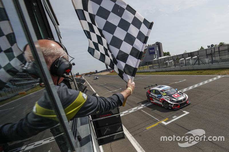 Race winner Esteban Guerrieri, ALL-INKL.COM Münnich Motorsport Honda Civic Type R TCR