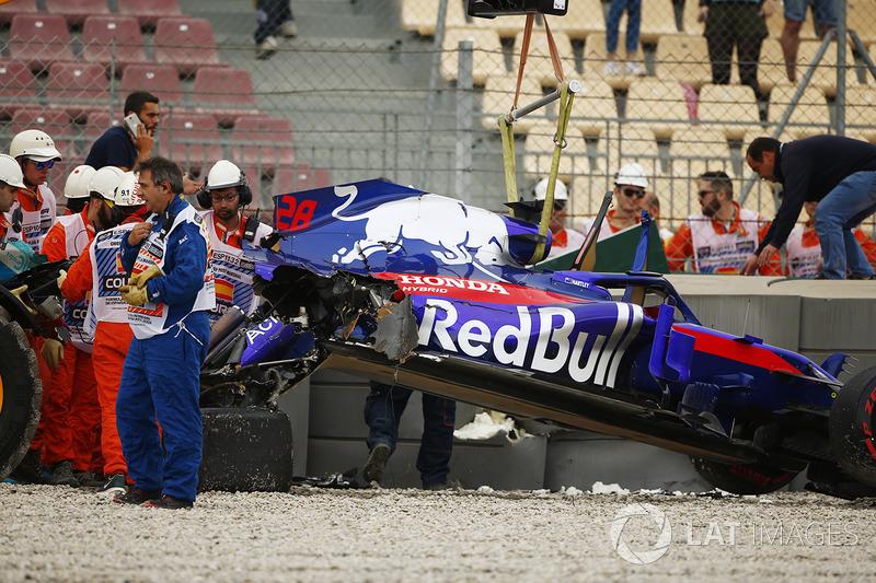 Mobil Brendon Hartley Toro Rosso STR13 hancur setelah kecelakaan