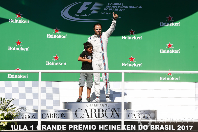 Felipe Massa, Williams, con fans en el podio y su hijo Filipinho
