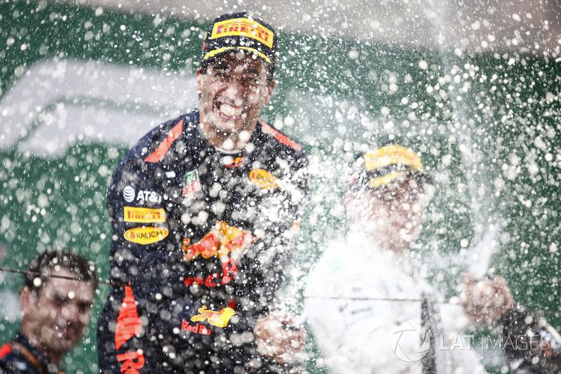 Podium : le vainqueur Daniel Ricciardo, Red Bull Racing, le deuxième, Valtteri Bottas, Mercedes-AMG F1